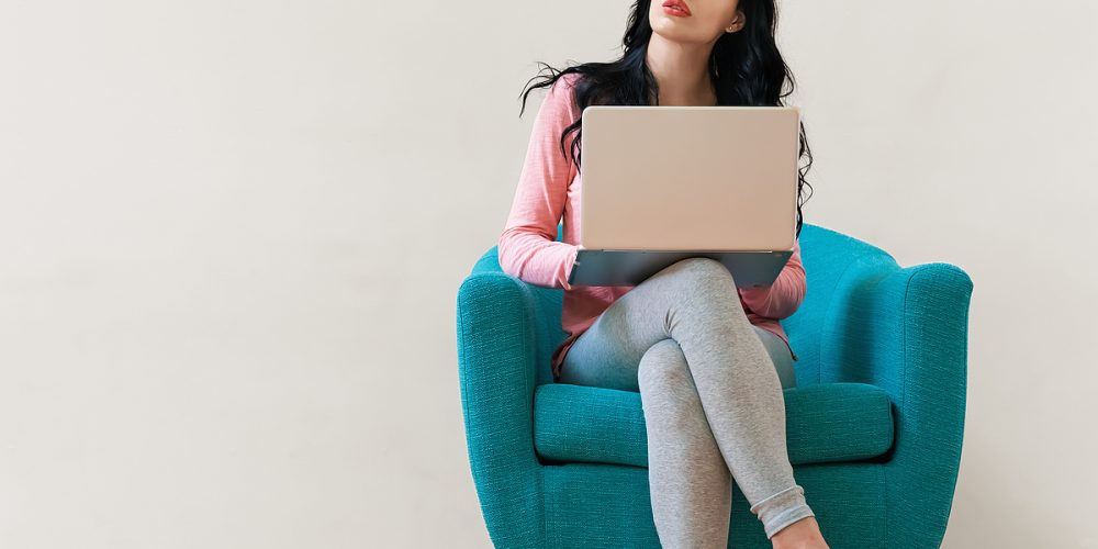 csm_young_woman_using_a_laptop